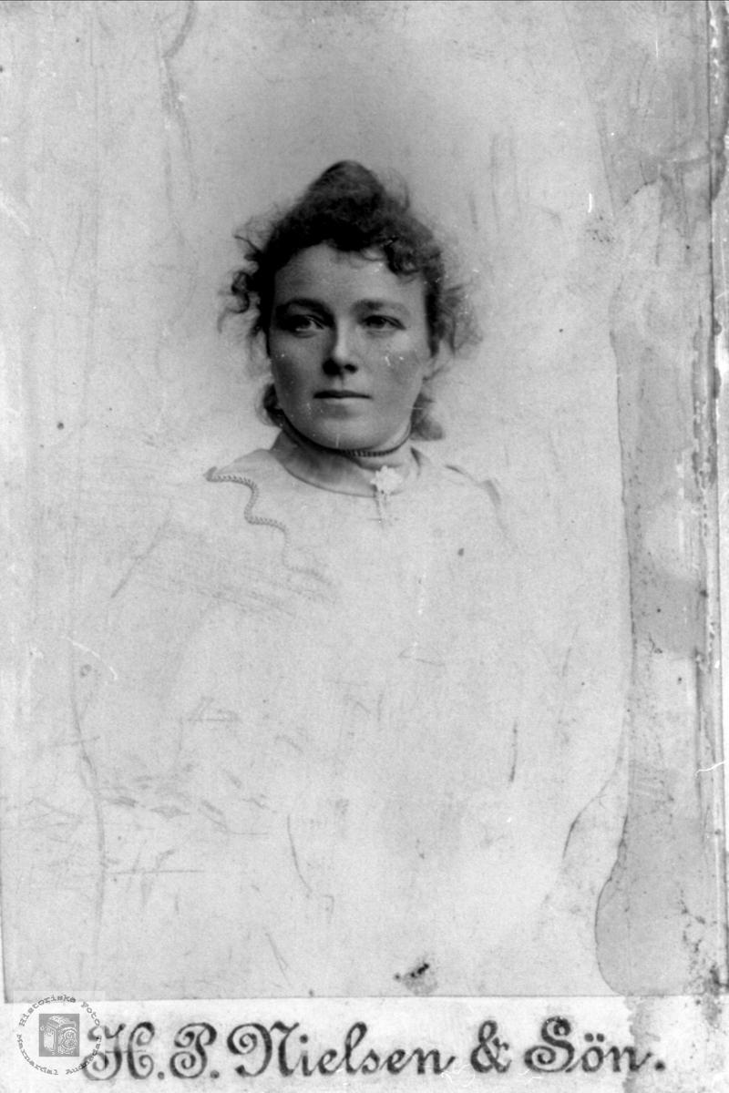 Portrett av Inger Tomine Høyland, Øyslebø.