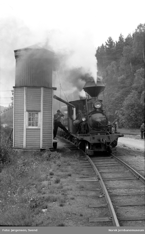 Damplokomotiv nr. 2 i godstog 5661 tar vann på Røyknes stoppested