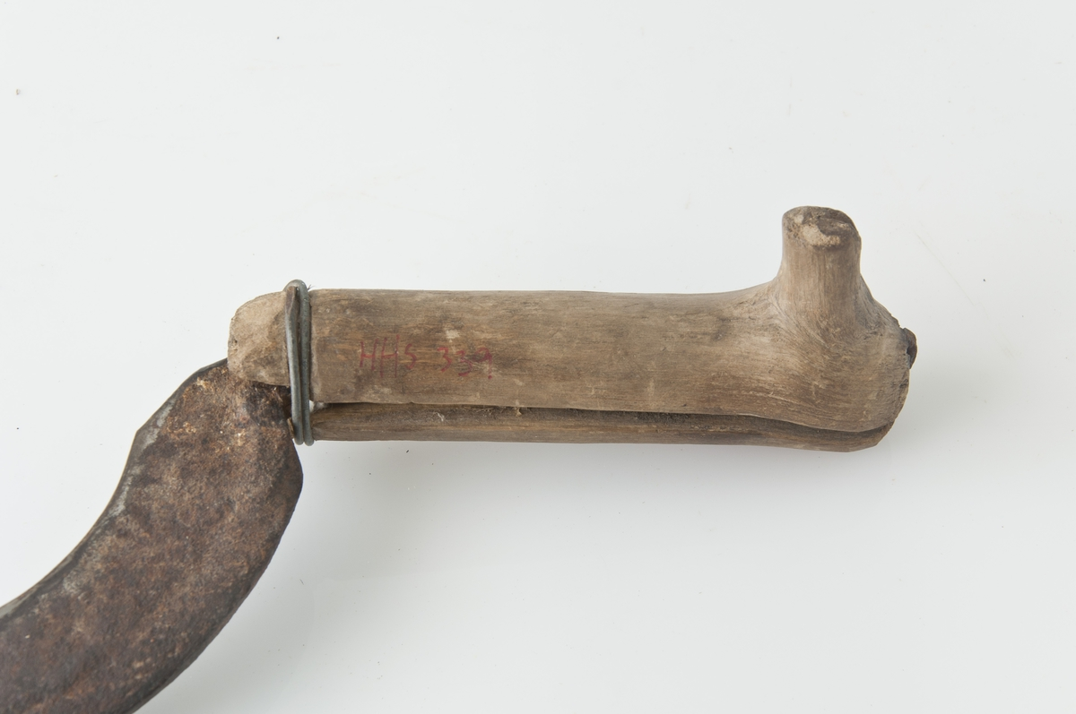 Form: Halvmåneformet jern, bjørkeskaft.