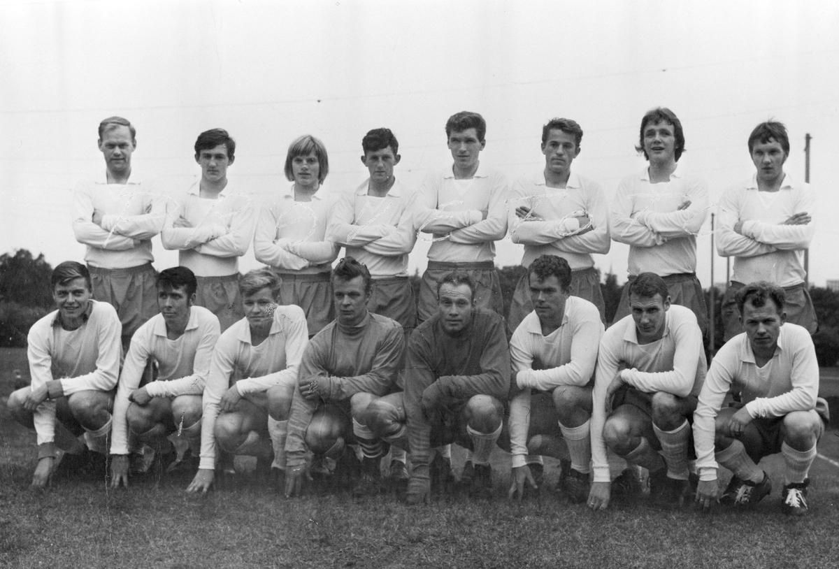 Brumunddal I. L A-laget 1970. Fotball. Bak f. v. Knut ...
