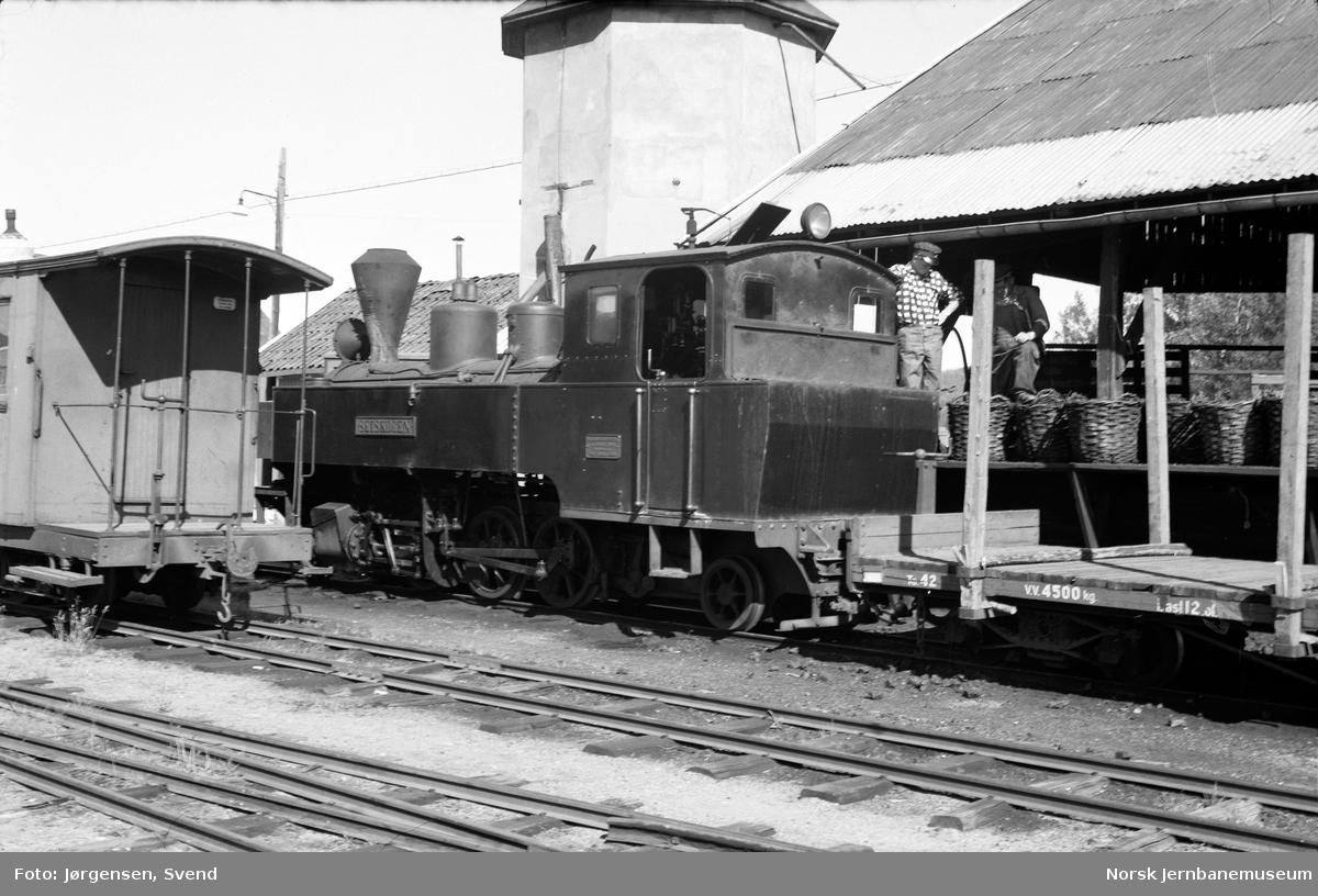 """Damplokomotiv nr. 4 """"Setskogen"""" med  i retning Sørumsand etterfyller kull på Bjørkelangen stasjon"""