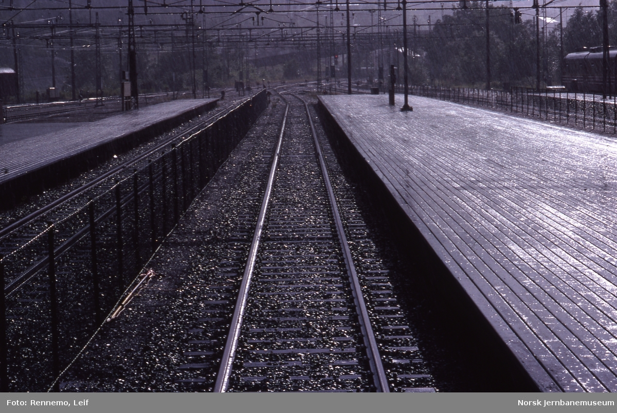 Spor og plattformer på Lillestrøm stasjon, sett mot Strømmen