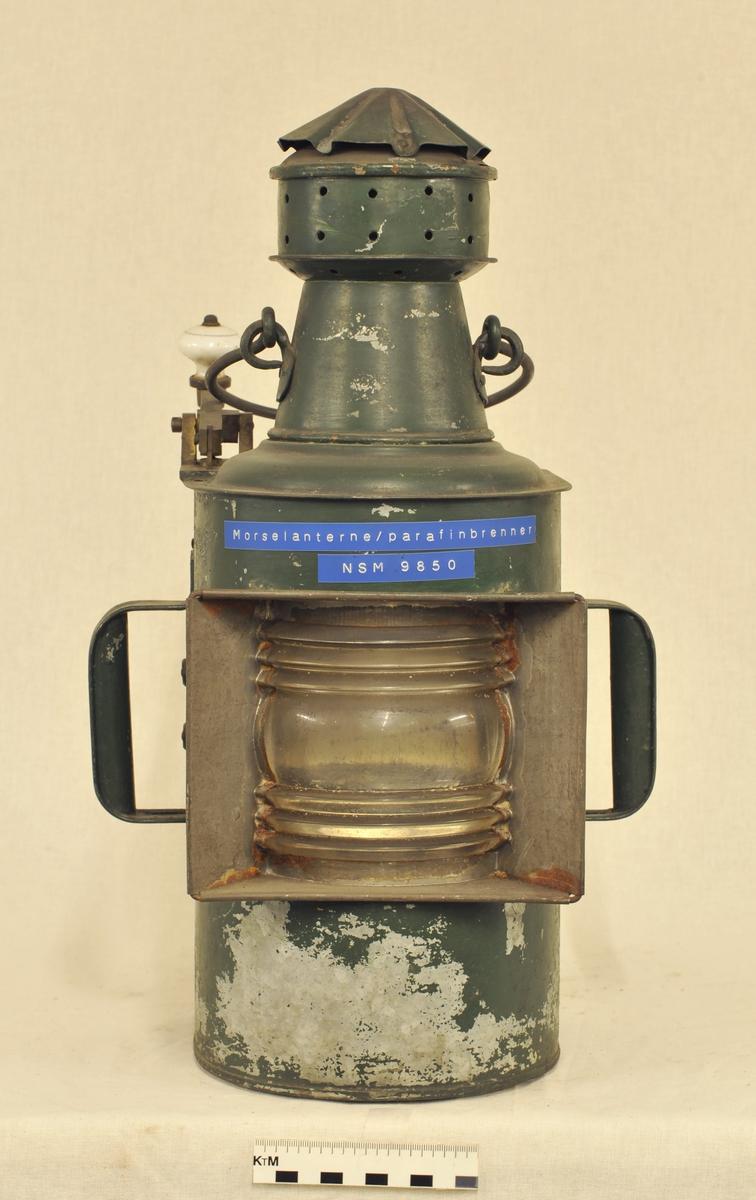 Morselampe i jernblikk og glass, med parafinbrenner