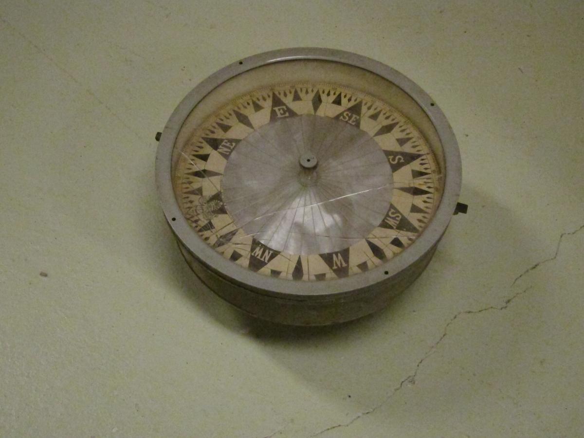 Gråmalt kompassbolle, knust glass, merket John Lilley & Son Ltd London