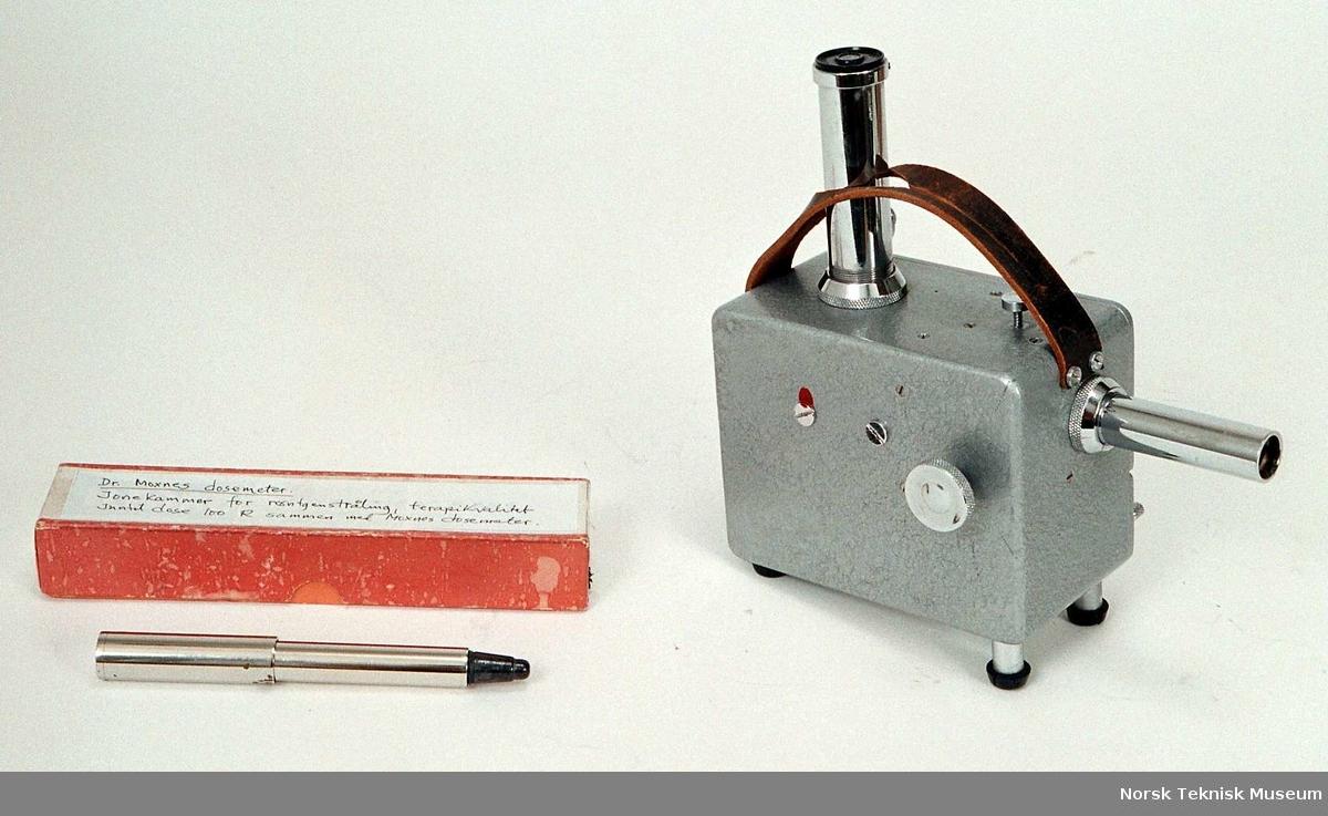 Består av 1) elektrostatisk voltmeter med innebygget gnindnings elektriserenhet (ladeenhet) for opplading av tilhørende ionekamre. 2) Ionekammer 100 R (røntgen) for oppmåling av terapi røntgenapparaters stråleutbytte.