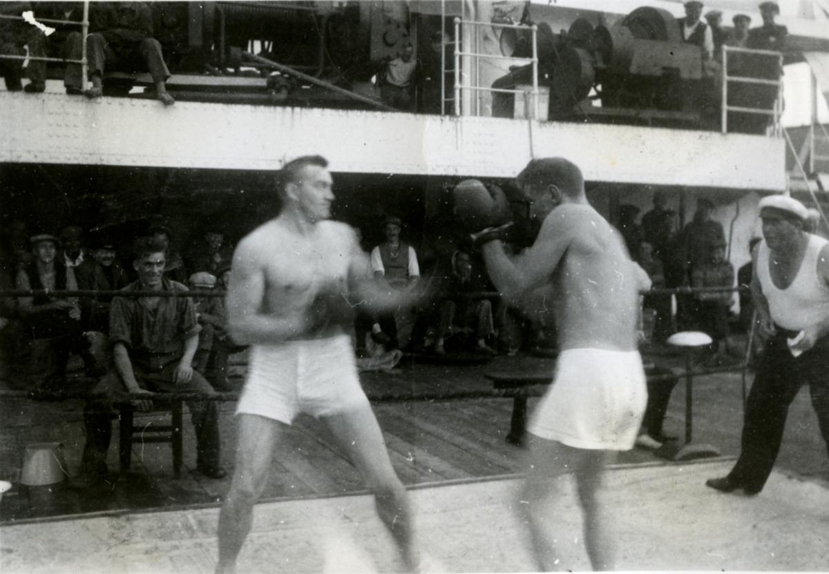 Tungvekterne i kamp! - Snapshots fra det store boksestevnet ombord i Fl/K ' Vestfold' (b. 1931, Furness Shipbuilding Co. Ltd, Haverton Hill).