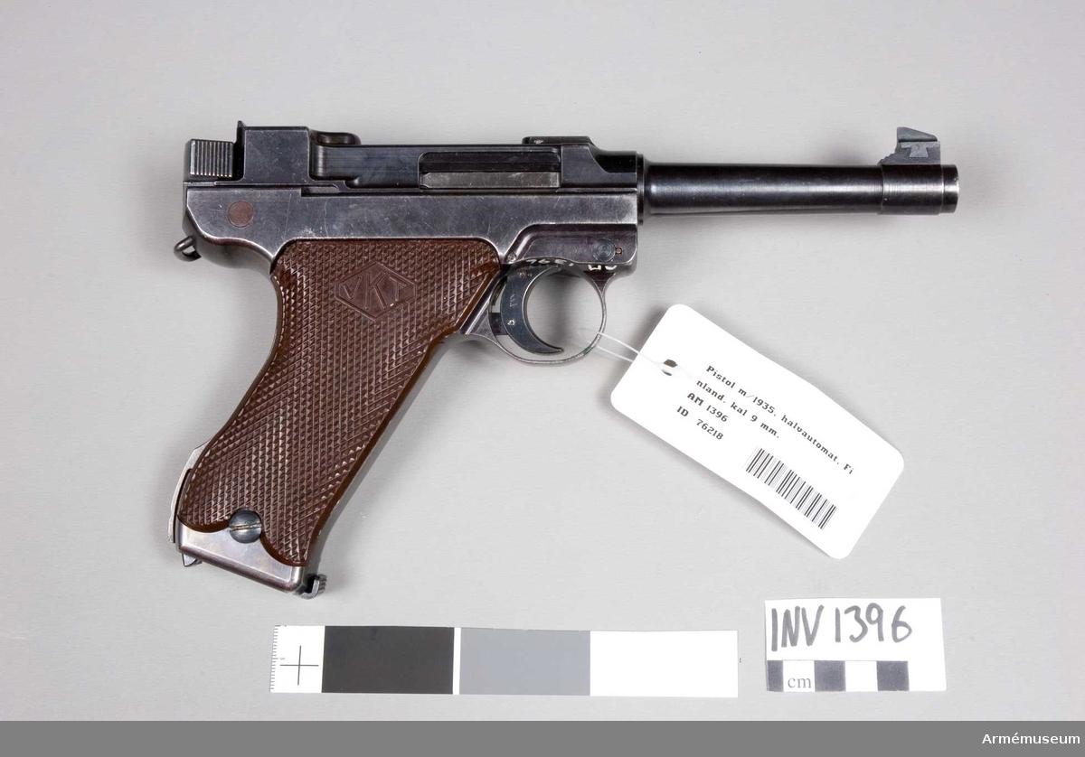 Består av: 1 pistol, halvautomatisk, 1 magasin.