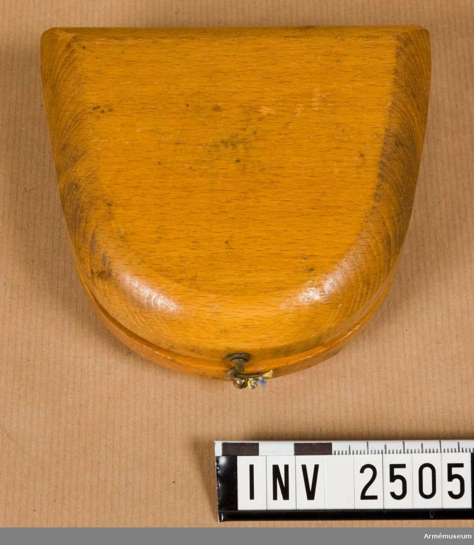 Samhörande nr är 2506-2507.Träschatull t kvadrant, 1940-tal.Mått: 118x110x40 mm.