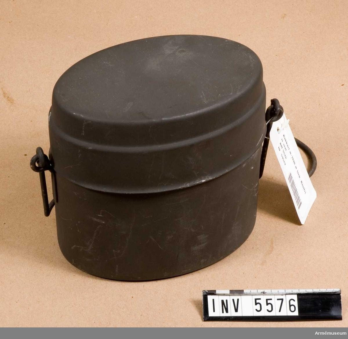 """Av rostfritt stål. Märkt """"DV 3-2875 Cr"""" och tre kronor."""