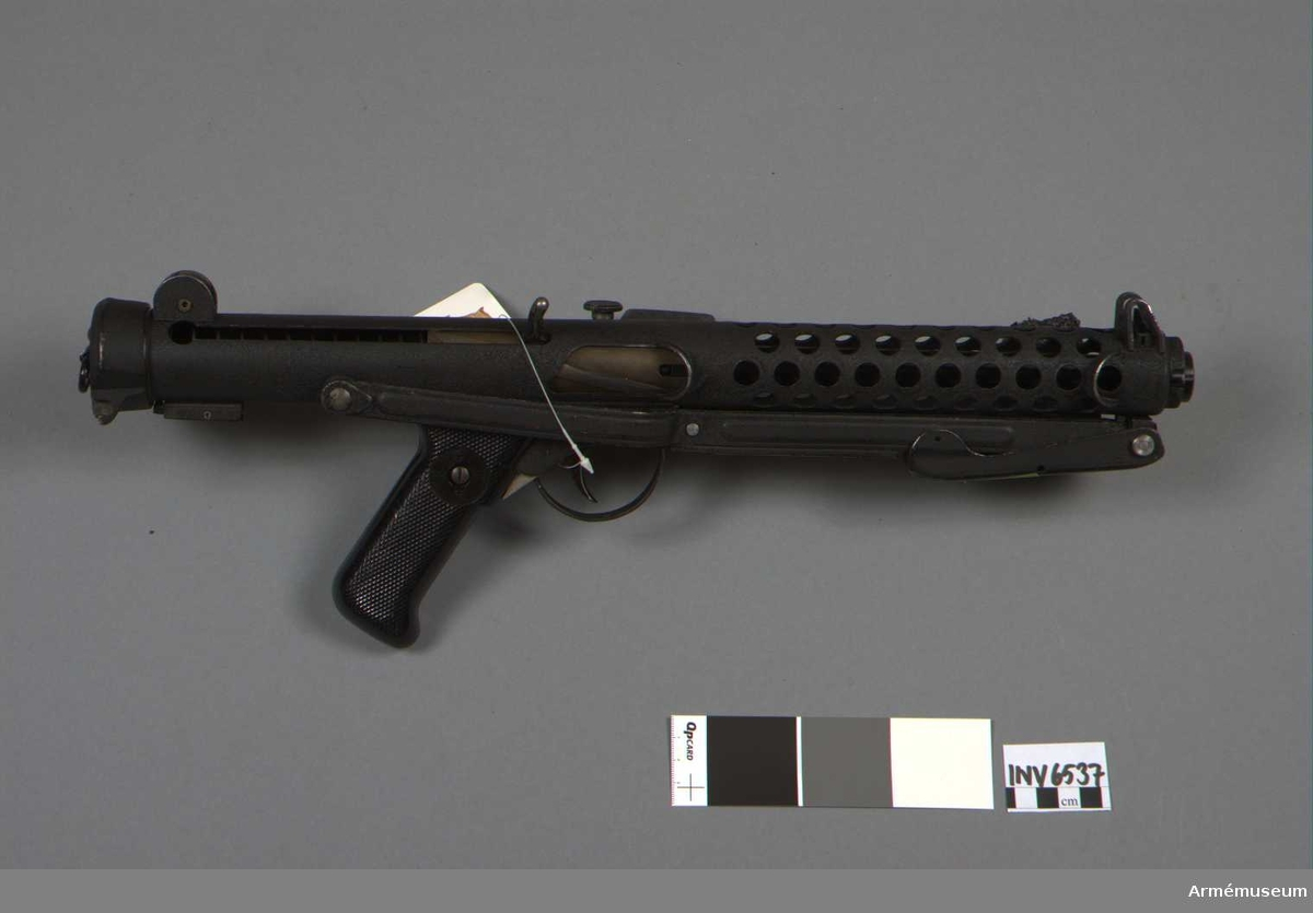 Kulsprutepistol, Sterling L.2A.2. Mk.III. England. Kaliber 9 mm. Hel längd 716 mm, med kolven infälld 480 mm. Tillverkningsnr Kr 2732. Märkt Sterling S.M.G 9 MM MK III No Kr 2732. Framåtböjt stavmagasin.