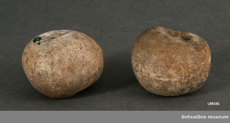 Ur handskrivna katalogen 1957-1958: Marmoräpplen två st. Mått: a)  4,5 x 5,5 cm; b) 4,5 x 6 cm; stjälkarna avbrutna, f.ö. hela.  Lappkatalog: 99