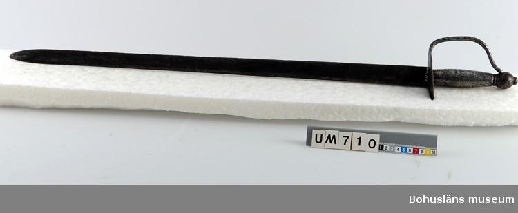 Ur handskrivna katalogen 1957-1958: Värja av obek. urspr. L. 91 cm; helt av järn. Rostig; f.ö. hel.  Lappkatalog: 55  Se UM2625.