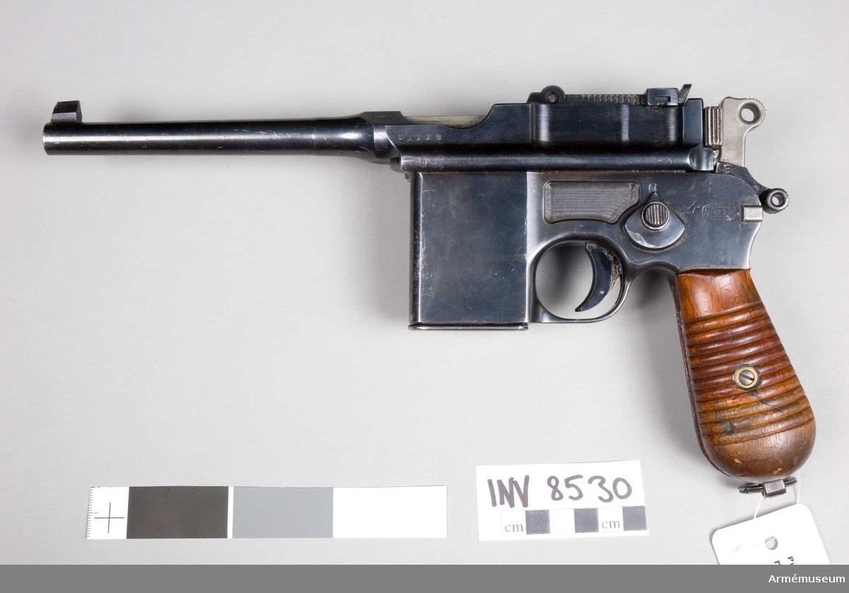 Pistol, halvautomat, Tyskland. Mauser mod 712.  Handgrepp av trä. 10 skotts magasin.