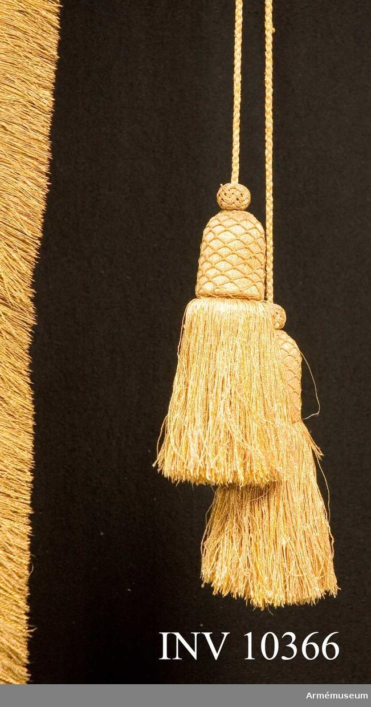 Grupp B I.  Duk av gul damast, runt kanten frans av gult silke. Fransen 5 cm bred fäst med mässingsspikar i två rader. Bredd 129 och 76 cm.Tillstånd: Fransen fullständig och bildar kontur, duken mycket riven för övrigt.  Att jämföra med 3710: (på extrakort för 3710). 1676 utförda av Elias Thede. 1676 4 st till Nils Gyllenstiernas dragonregemente. 1676-1709 3 st kvar i Klädkammaren. 1712 från Klädkammaren till Krigskollegium.
