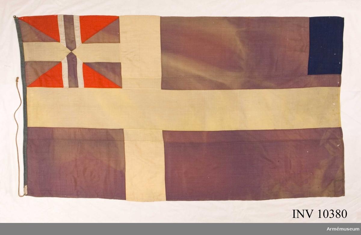 Grupp B I.  Samhörande stång ca 230 cm lång. (Inte i samma rulle).Flaggorna funna på 1940-talet vid utröjning av förrådsbyggnaden Kulgården, senare riven.