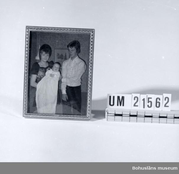 594 Landskap BOHUSLÄN 435 Motivkat GRUPPFOTOGRAFI  Kortet föreställer ett ungt par med barn i dopklänning. Troligen efter dopet.  Leif Hasselberg med Fru och Barn. Dragsmark.  UMFF 31:9