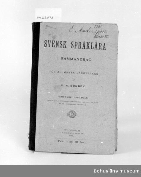 """412 Förvärvstillst SKADAT 503 Kön MAN 394 Landskap UPPLAND  """"Svensk språklära i sammandrag för allmänna läroverken af D. A. Sundén. Femtonde upplagan.""""  På pärmens framsida skrivet med bläck: """"1905  E. Andersson klass II"""",  samt på insidan: """"Eskil Andersson Uddevalla Realskola 3 klass.""""  UM 129:9"""