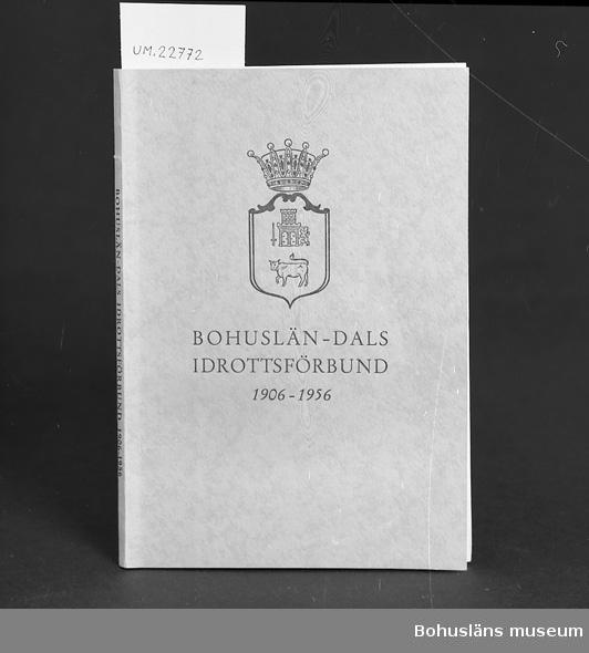 """""""Bohuslän-Dals Idrottsförbund 1906-1956. Redigerad av Sven Lidman."""" Se UM022759 För upplysningar om ägarna, Gunnar och Greta Karlsson, se UM018527 Gåvan omfattar UM022759 - UM022779"""