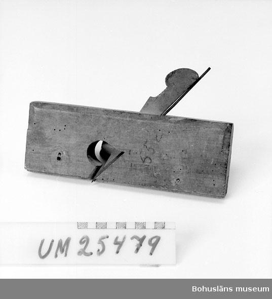 """571 Användningstid LISTHYVEL  Stocken tillverkad i ett stycke, troligen bok. Överdelens kanter fasad med rundade hörn på bakdelen. Profilerad sula för att hyvla rundade arbetsstycken. Förhöjningarna i profilen ilagda i spår i stocken. Järnet 13 mm brett, avsmalnande mot kilhålet. Hyveln komplett, 2 skruvhål på stockens vänstra sida. Märkt för hand """"55 c"""" och firmamärket stanstat på stockens främre del. """"A. MATHIESON & SON GLASGOW"""" och med en liggande månskära och en stjärna. Bakom kilhålet stanstat """"17"""" och på stockens baksida 3/8. Väl använd med nöt och skavskador och hål efter skadedjursangrepp. Se UM25478 för övriga uppgifter.  Inventerat 1996-10-04 CB"""