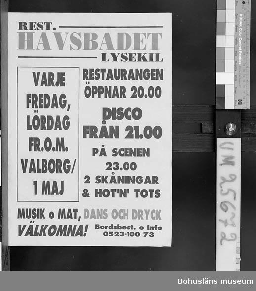 """Föremålet visas i basutställningen Kustland,  Bohusläns museum, Uddevalla.  Röd och svart text mot gul botten. """"Rest. Havsbadet, Lysekil. Varje fredag, lördag fr o m Valborg/1 maj. Restaurangen öppnar 20.00. Disco från 21.00. På scenen 23.00 2 Skåningar & Ho""""tn""""Tots. Musik och Mat, Dans och Dryck. Välkomna! Bordsbest o Info 0523-100 73""""  Insamlad i samband med dokumentation av Havsbadsrestaurangen i Lysekil sommarsäsongen 1992. Se museets arkiv."""