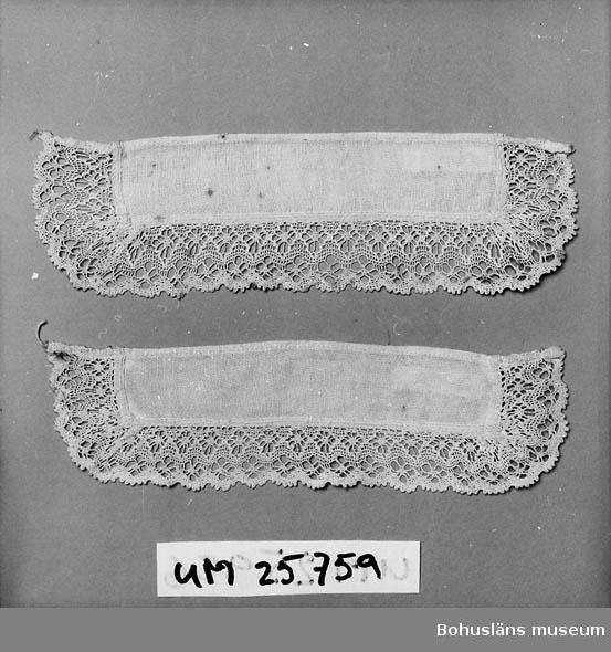 Lösa manchetter till damblus, klänning e.dyl av vitt linne med knypplad 3 cm bred spets. Personuppgifter se UM025730 och UM025739.