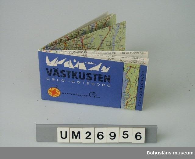 """Ett ihopvikt kartblad av papper med tryck på ena sidan. En del av  bladet utgör fram/baksida när det är ihopvikt. Framsidans utseende: Till höger vertikalt skrivet """"SEMESTERKARTA"""" och en långsträckt kartbild i ljusgrönt/ljusblått/rött som visar kuststräckan Göteborg - Oslo. Bottenfärgen på resten av kartan är blått,  överst finns bilder av stiliserade segel och ett fartyg i vitt, därunder i svart med blå vågmönster tetxen: """"VÄSTKUSTEN"""" och i vitt """"OSLO  - GÖTEBORG"""". Nederst: En kompassros i rött och gult samt text med svart """"KARTFÖRLAGET GLA"""" (med en jordglob i G-et). På baksidan text på svenska, engelska, tyska. Textens lydelse på svenska: """"Semesterkarta Västkusten OSLO - GÖTEBORG För bilister och semesterfirare på Sveriges Riviera. För färder på snabba huvudleder eller idylliska småvägar. Med markeringar av de vackraste vägsträckorna, de intressantaste naturscenerierna och de  mest lockande sevärdheterna. Med beskrivande text på svenska, engelska  och tyska. Tecken för hotell, motell, pensionat, campingplatser, fri-  luftsbad m.m. Vägnummer och kilometeravstånd samt vägnätet i minsta  detalj. Skala 1:300 000. Tryckt i sex färger."""" Nederst endast på svenska: """"GENERALSTABENS LITOGRAFISKA ANSTALT STOCKHOLM 1966 Framställd i samarbete med de lokala turistorganisationerna och Svenska turistföreningen (samt STF:s märke)"""". I nedre vänstra hörnet påklistrad prisetikett """"7.75"""". Det uppvikta kartbladet är delat på längden i en kartdel och en textdel utom överst där kartsymbolerna förklaras."""