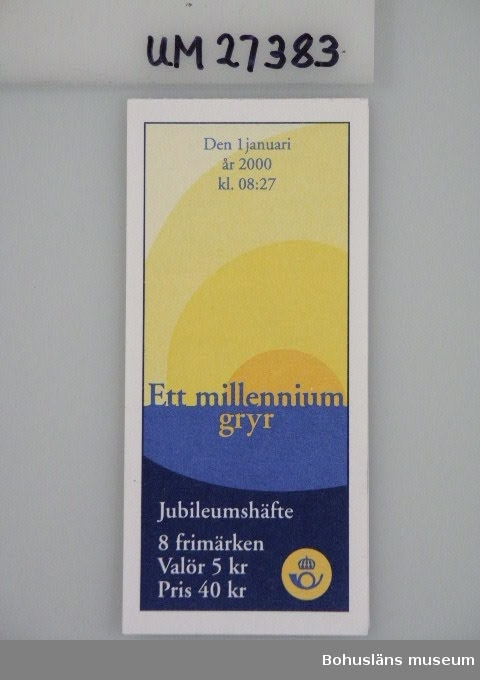 """Frimärkshäfte för ursprungligen åtta  5-kronors frimärken (4 st kvar) utgivna som jubileumshäfte under vinjetten: """"Ett millennium gryr."""" Olika motiv föreställande solens horisont vid uppgången på olika platser i landet, t e x Öland.  För information om Millennieinsamlingen, se UM27360."""