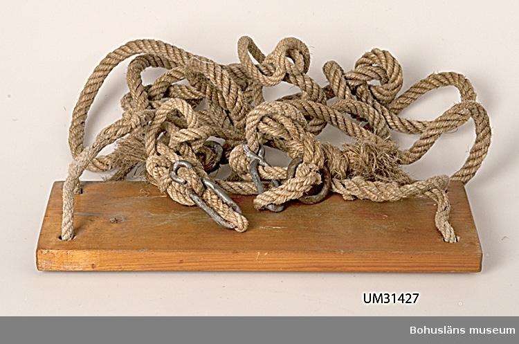 Klarlackat gungbräde av fur med med linor av rep i naturmaterial.  Föremålet har använts av familjen Abrahamson i deras sommarstuga i Sundsandvik, byggd 1939. För ytterligare upplysningar om förvärvet, se UM031385.