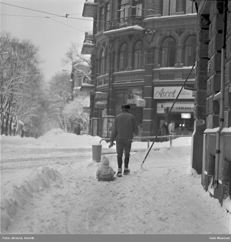 fortau, mann, barn, akebrett, snø, bygård
