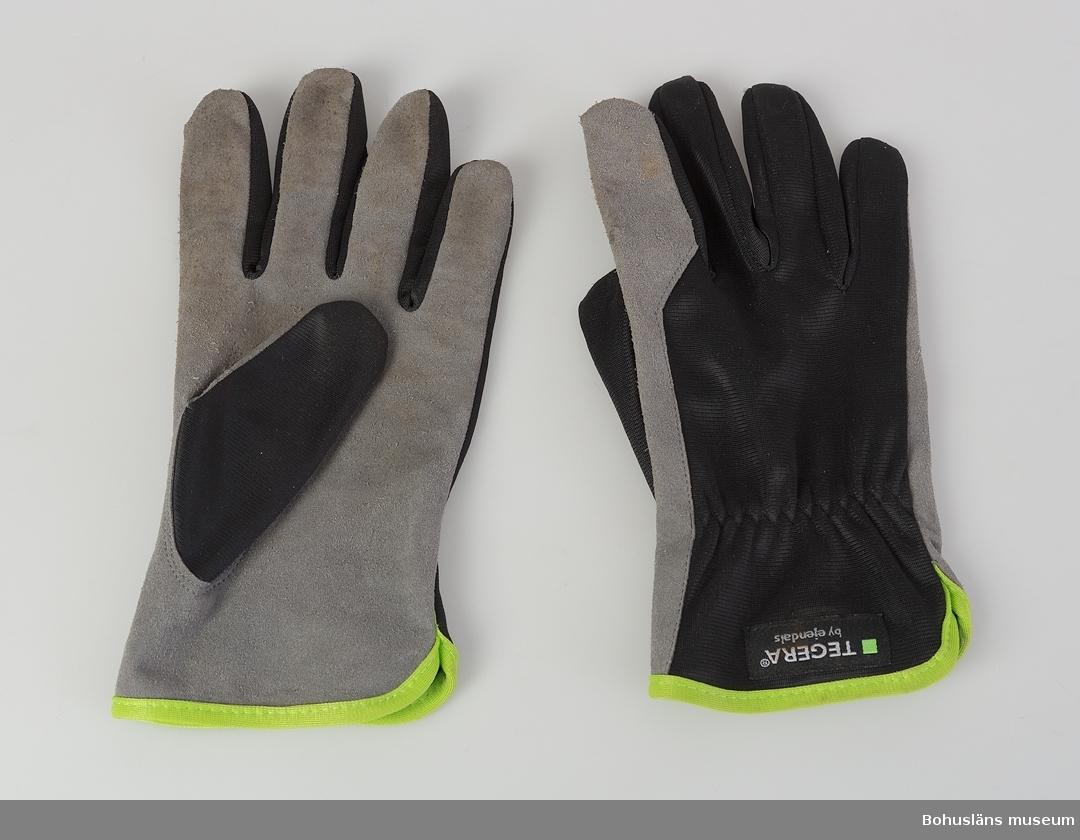 """Ofodrad handske av grå syntetläder och svart polyester med grön linning av märket TEGERA® 321. Förstärkt pekfinger. För finmonteringsarbeten. Symbol med kravuppfyllnad för """"Skyddshandskar mot mekaniska risker"""". På ovansidan märkt bl.a. TEGERA by ejendals Art. 321 stl -8."""