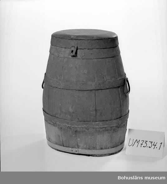 Tunna, ovalt formad, med lock som stänges med hänglåsanordning. Två bärhandtag placerade på tunnans bredaste del. Fem järnband ursprungligen. Det nedersta utbytt mot ett band av gråmetall, troligen zink.