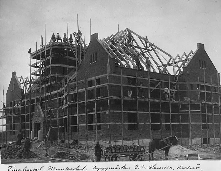 "Text på kortet: ""Tingshuset, Munkedal. Byggmästare E. A. Hansson, Kollerö""."