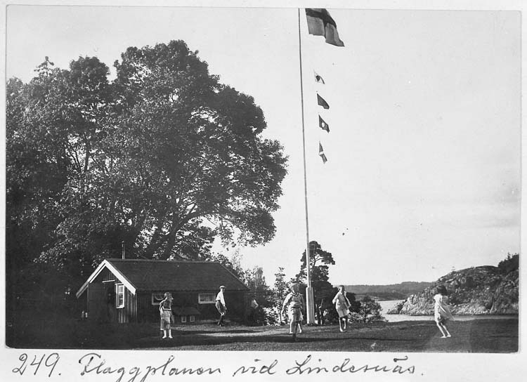 Barn som leker vid flaggstången på Lindesnäs, Uddevalla