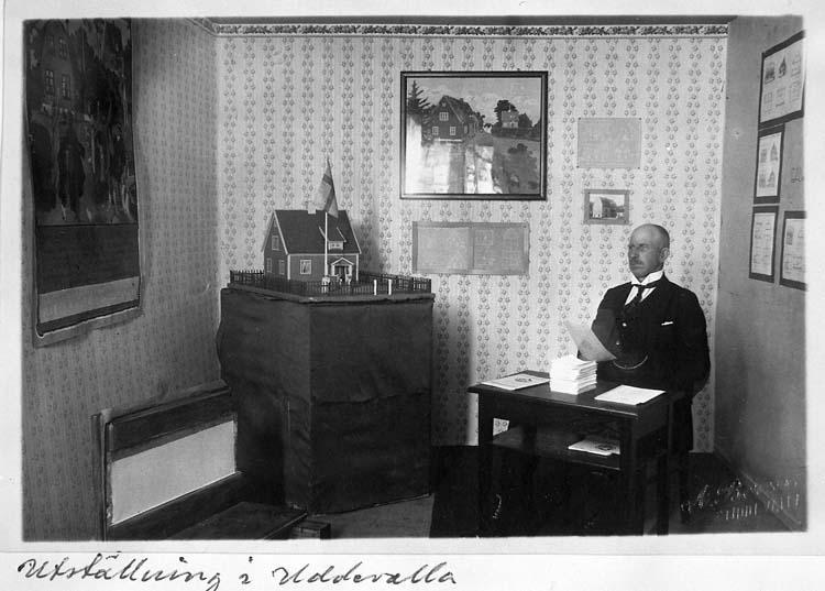 """Text på kortet: """"Utställning i Uddevalla"""".    ::"""