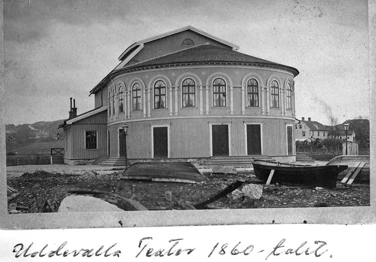 "Text på kortet: ""Uddevalla Teater 1860-talet""."