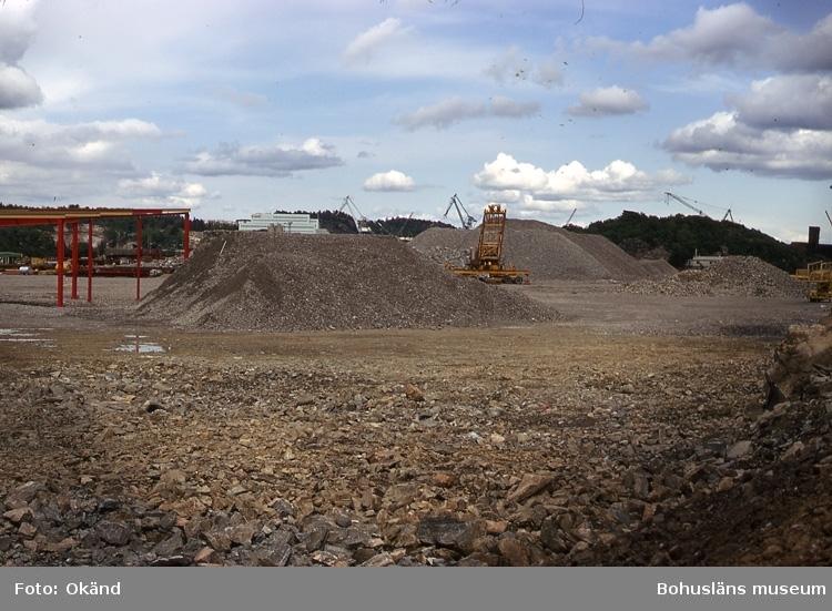 Projekt -73. Kärraverken byggs och Sörviksvarvet byggs ut. I bakgrunden skymtar varvets nybyggda huvudkontor.