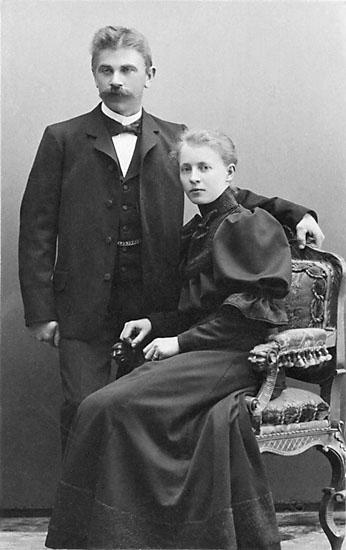 """Stämpel på framsidan: """"Falk, Karlshamn, Filial: Hoby."""" Inpräglar på fotot: """"1906."""""""