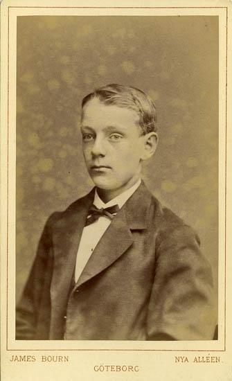 """Text på kortets baksida: """"G.E Bohlin 15 1/2 år den 13 maj 1878""""."""
