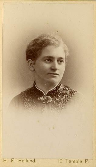 "Text på kortets baksida: ""Amalia Olson""."