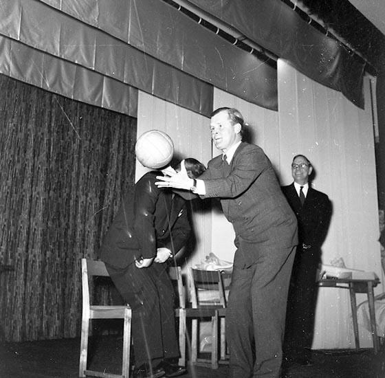 """Enligt notering: """"Göteborgstidningen (Karusell) 27/2 1955""""."""