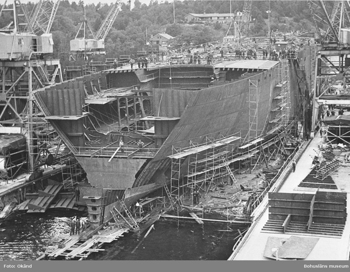 """Text till bilden: """"På gamla varvet, ca 1954, stapelbädd 1, tanker i bygge""""."""