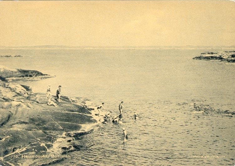 """Tryckt text på kortet: """"770 Hasselösund Bohuslän"""". Noterat på kortet: """"Juni 1945 Hasselösund 770 """"."""