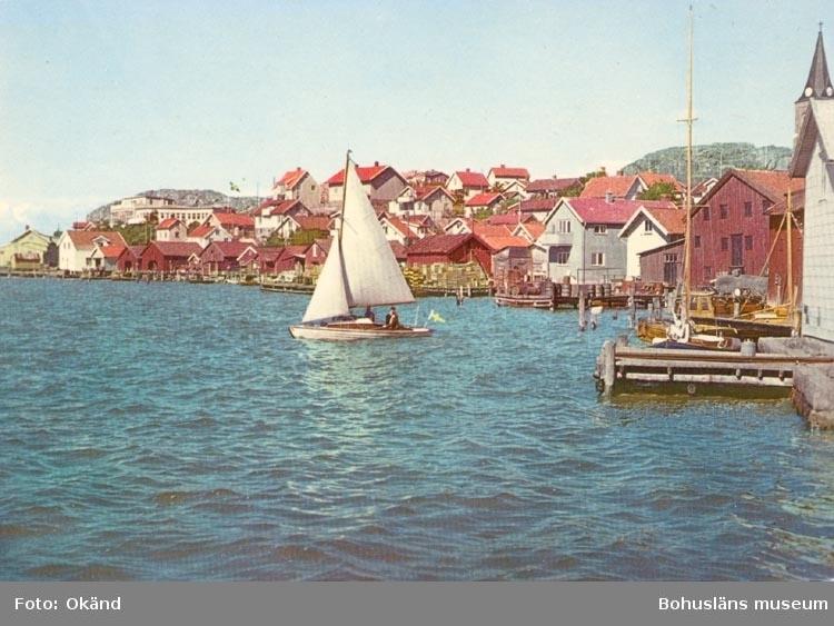"""Tryckt text på kortet: """"Fjällbacka. Sjöbodar"""". """"Förlag: Firma H. Lindenhag, Göteborg""""."""