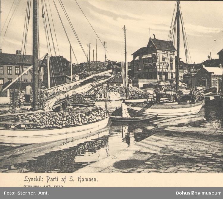 """Tryckt text på kortet: """"Lysekil: Parti af S. hamnen"""". ::"""