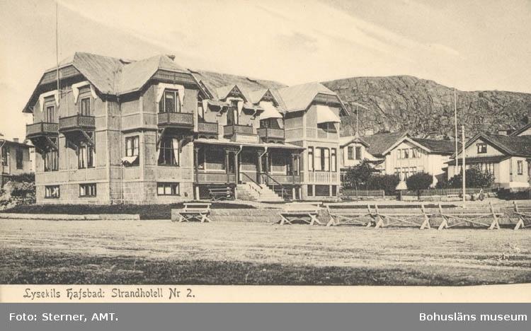 """Tryckt text på kortet: """"Lysekil. Hafsbad: Strandhotell Nr. 2.."""" """"Clara-förlaget Lysekil, Tel. 0523/ 10919, 10320."""""""