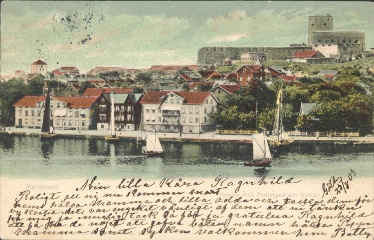 """Tryckt text på kortet: """"Marstrand med Fästningen och kyrkan."""" """"A/B Göteborgs nya Konstförlag."""""""