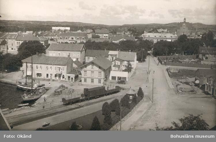 """Noterat på kortet: """"Strömstad.""""  """"Foto Nord Konst."""" """"Påskriften oduglig på gr. av nybygge."""""""