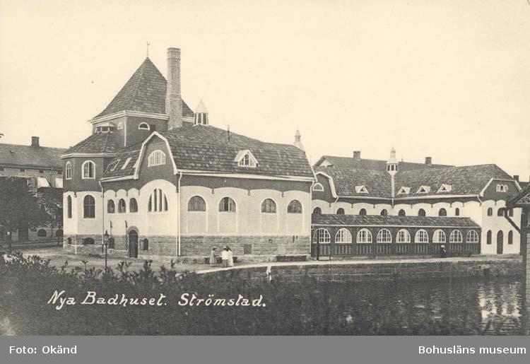 """Tryckt text på kortet: """"Nya Badhuset. Strömstad."""" """"Frida Dahlgren, Garn- & Kortvaruaffär."""""""