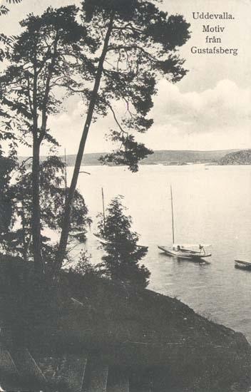 """Tryckt text på kortet: """"Uddevalla, Motiv från Gustafsberg."""" """"Uddevalla Pappershandel, Hildur Andersson."""""""