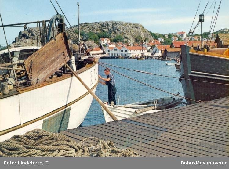 """Tryckt text på kortet: """"Västkusten."""" """"Förlag: AB Jolin & Wilkenson, Göteborg."""""""